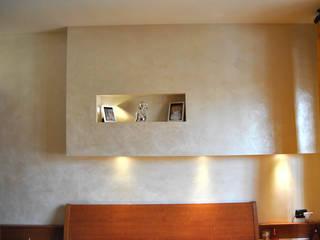 Camera da letto con pannello decorativo e innesto di faretra scomparsa:  in stile  di EdilDecorazioni
