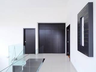 Minimalist study/office by Excelencia en Diseño Minimalist Engineered Wood Transparent
