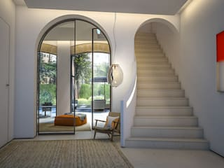 Hallway and stairs:  Corridor & hallway by 4D Studio Architects and Interior Designers