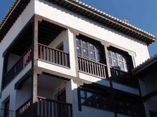 Balcón y baranda de madera : Terrazas de estilo  de Conely