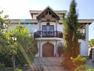 Balcón con techo de madera : Terrazas de estilo  de Conely