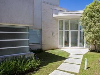 モダンな 家 の Bernacki Arquitetura モダン