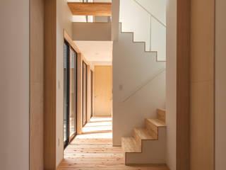 堀端の家: 浅野翼建築設計室が手掛けた廊下 & 玄関です。