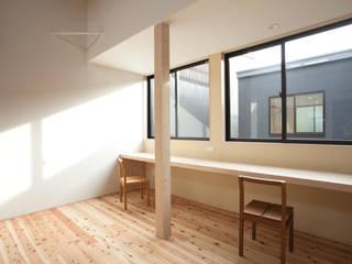 堀端の家: 浅野翼建築設計室が手掛けたリビングです。