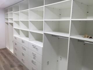 schrankwerk.de Vestidores y placares de estilo clásico Derivados de madera Blanco
