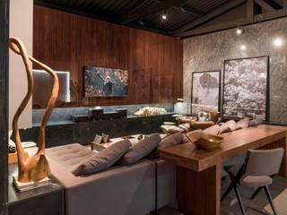 Modern TV / fireplace :   por STUDIO ANDRE LENZA