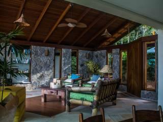 Casa Ferradura - Búzios: Salas de estar  por Aroeira Arquitetura