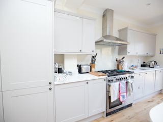 Plenty of cupboard space and a big oven... Minimalist kitchen by The Market Design & Build Minimalist