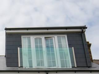 Rumah oleh The Market Design & Build, Modern