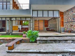 Villa Aaranyak:  Garden by prarthit shah architects