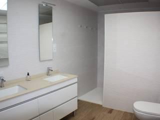 Reforma cuarto de baño en Valencia Gestionarq, arquitectos en Xàtiva Baños de estilo moderno Cerámico Blanco