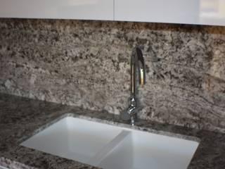 Reforma de cocina con isla en Valencia Gestionarq, arquitectos en Xàtiva Cocinas de estilo moderno Granito Blanco