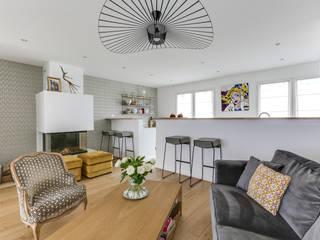 Un espace de vie versaillais chaleureux et lumineux Salon scandinave par Decorexpat Scandinave