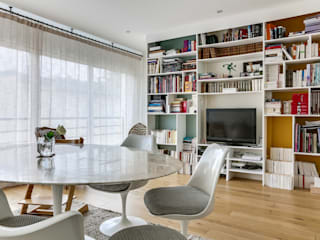 Un espace de vie versaillais chaleureux et lumineux Salle à manger scandinave par Decorexpat Scandinave