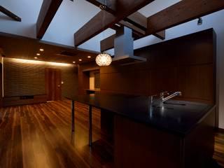 キッチンを囲う家: 株式会社 大岡成光建築事務所が手掛けたリビングです。