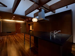 Salones modernos de 株式会社 大岡成光建築事務所 Moderno