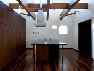Cocinas modernas de 株式会社 大岡成光建築事務所 Moderno