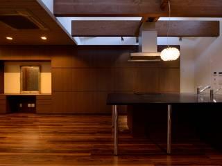 キッチンを囲う家: 株式会社 大岡成光建築事務所が手掛けたキッチンです。