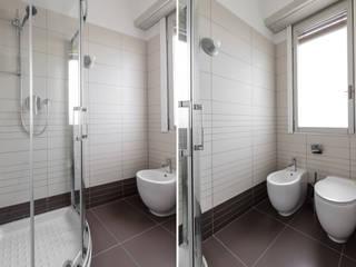 Casa MC - Relooking: Bagno in stile in stile Moderno di Architrek