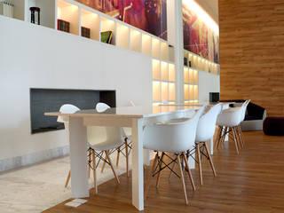Cosmocrat: Estudios y oficinas de estilo  por Interia Muebles