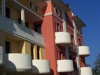 Condominio con balconi tondi Case moderne di Eleni Decor Moderno