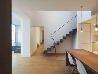 Sala da pranzo moderna di Fabrice Commercon Moderno