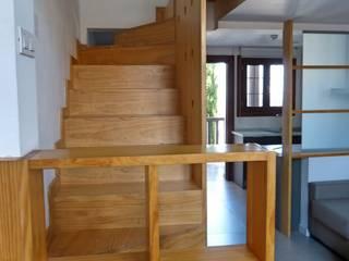 Escalera-estanteria de madera a medida : Pasillos y vestíbulos de estilo  de Conely
