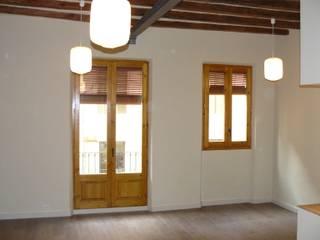 Reforma piso Salones de estilo clásico de Lignea Construcció Sostenible Clásico