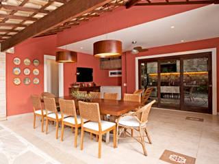 Veja o resultado da reforma da área externa dessa residência com área gourmet + cozinha!: Terraços  por Andréa Spelzon Interiores,Rústico