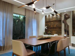 Confira este ambiente vencedor de dois Prêmios O Globo (criatividade e iluminação)!: Salas de jantar  por Andréa Spelzon Interiores