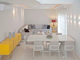 Confiram esse living em tons neutros com pontos de cor!: Salas de jantar  por Andréa Spelzon Interiores
