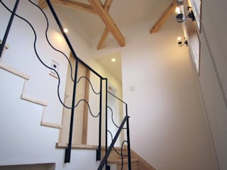 鉄骨工場でつくってもらった手摺: 石井淳アトリエが手掛けた廊下 & 玄関です。