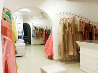 TURQUOISE -designer clothes showroom: minimalist  by Ingenious,Minimalist