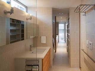 浴室からサービスバルコニーまで モダンスタイルの お風呂 の 根來宏典建築研究所 モダン タイル