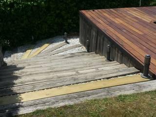 Grupo Inventia Piscinas de estilo moderno Madera Acabado en madera