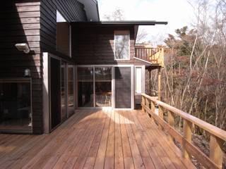 十里木山荘: 山中康廣建築設計事務所&YAMANAKA DESIGN OFFICEが手掛けたベランダです。