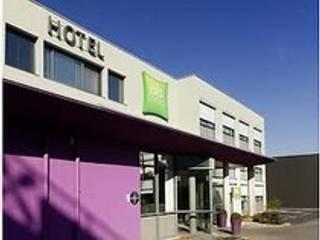 Hotel Feng Shui IBIS Styles ST GREGOIRE - Façade de l'hotel après rénovation / extension / intégration du groupe ACCOR:  de style  par SERENITE HABITAT