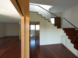 Casa em Francelos Corredores, halls e escadas modernos por ABPROJECTOS Moderno
