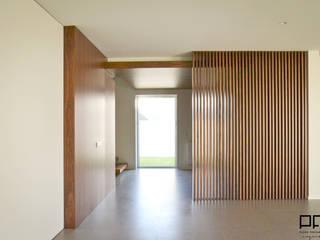 Minimalist corridor, hallway & stairs by PFS-arquitectura Minimalist