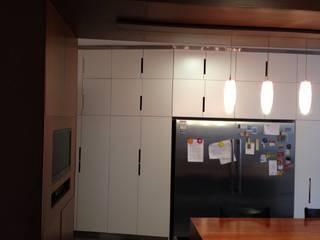 PROYECTO MOBILIARIO. COMEDOR CASA: Cocinas de estilo moderno por La Carpinteria - Mobiliario Comercial