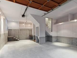 青梅のガレージハウス Kawakatsu Design モダンデザインの ガレージ・物置