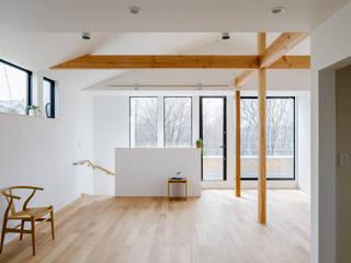 Livings de estilo moderno de 内田雄介設計室 Moderno