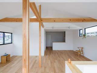 木立を望む家 モダンデザインの リビング の 内田雄介設計室 モダン