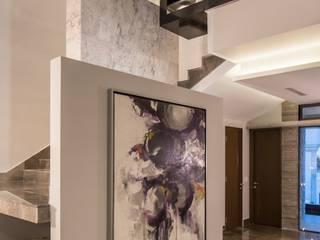 700: Vestíbulos, pasillos y escaleras de estilo  por URBN