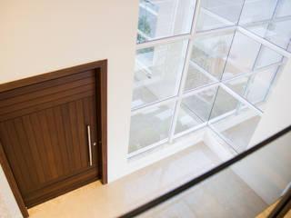 Casa QE148 Janelas e portas modernas por Cecyn Arquitetura + Design Moderno