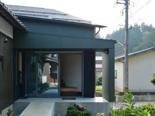 熊坂アネックス: 丸山晴之建築事務所が手掛けた廊下 & 玄関です。,