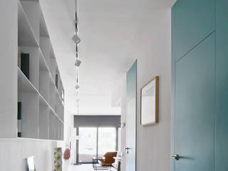 Corridor & hallway by BONBA studio
