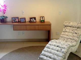 Estar, hall dos quartos e escada: Corredores e halls de entrada  por Marlon Vilela ,Moderno