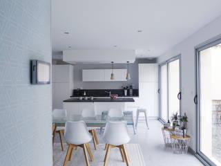 Depuis l'entrée, la salle à manger et la cuisine.: Salle à manger de style  par Skéa Designer