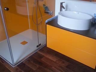 Badewanne mit Tür und fugenlose Wände: moderne Badezimmer von Bad Campioni